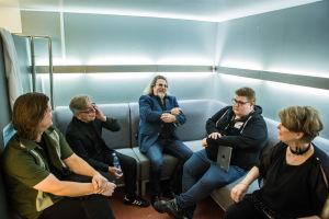 Vanha Liitto -yhtye laivan yökerhon takahuoneessa
