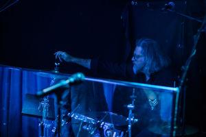 Rumpali Juha Pellinen laivan yökerhon lavalla