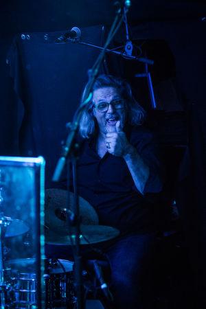Rumpali Juha Pellinen näyttää peukkua laivan yökerhon lavalla