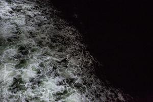 Itämeren öisiä aaltoja laivalta kuvattuna