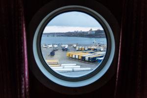 Näkymä laivan ikkunasta konttisatamaan