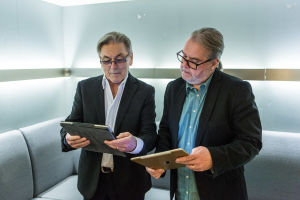 Muusikot Leo Luoto ja Pekka Kuorikoski lavan yökerhon takahuoneessa