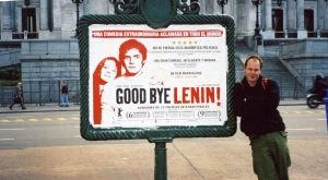 Toimittaja Jukka Kuosmanen Good bye Lenin -kyltin vieressä