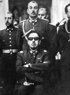 Augusto Pinochet omgiven av sina mannar, 1973