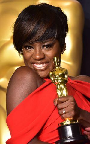 Viola Davis poserar med sin Oscarsstatyett (bästa kvinnliga biroll)