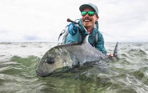 Jasper Pääkkönen kalasaaliinsa kanssa
