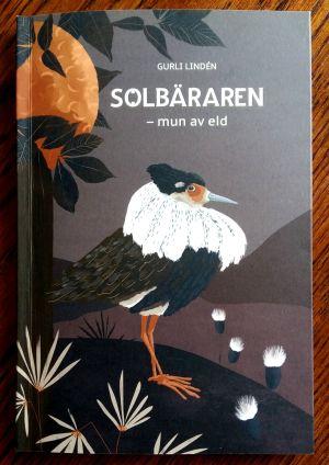 """Pärmen till Gurli Lindéns lyriksamling """"Solbäraren - mun av eld""""."""