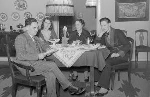 Wäinö Rautawaaran perhe kodissaan helmikuussa 1931.