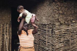 Äiti on nostanut vauvan ilmaan näyttääkseen, miten hän pelasti tyttärensä Idai-hirmumyrskyn tuomilta tulvilta.