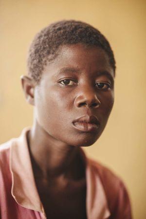 Muotokuva mosambikilaisesta naisesta, joka on menettänyt kotinsa Idai-hirmumyrskyn iskettyä Mosambikiin.