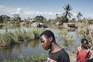 Kaksi poikaa tulvivassa Tican kylässä Mosambikissa.