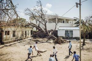 Pikkulapset pelaavat jalkapalloa koulun sisäpihalla Mosambikissa Beirassa.