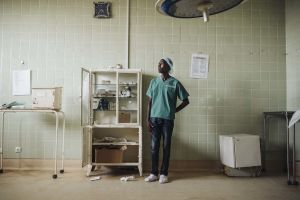 Kirurgi seisoo Beiran keskussairaalan leikkaussalissa Mosambikissa.