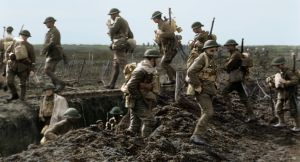 Valokuva ensimmäisen maailmansodan ajalta, jossa miehet seisovat juoksuhaudan reunalla. Peter Jacksonin dokumenttielokuvasta They shall not grow old.
