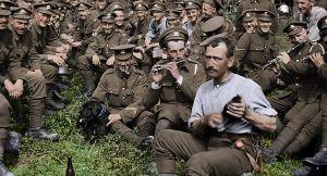 Valokuva ensimmäisen maailmansodan ajalta, jossa miesjoukko ja etualalla soittajia. Peter Jacksonin dokumenttielokuvasta They shall not grow old.