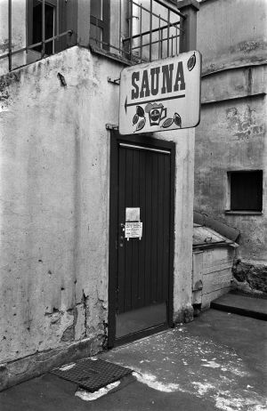 Yleisen saunan ovi ja kyltti Kristianinkatu 7:n pihan puolella.