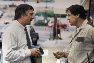 Robert De Niro ja Sylvester Stallone keskustelevat elokuvassa Cop Land.