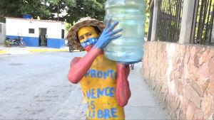 Mies kantaa vesipönttöä