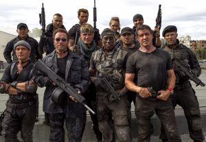 Sylvester Stallone Expendables-elokuvan kuvauksissa yhteiskuvassa mm. Arnold Schwazzernegger, Dolph Lundgren, Wesley Snipes ja Antonio Banderas.