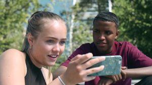 Frida ja Abdi katsovat videota puhelimesta 17 - Sytten -sarjassa.