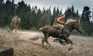 Näyttelijä Kari Heiskanen ratsastaa Joukon roolissa Rauta-aika tv-sarjassa.