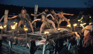 Kohtaus Rituaalitanssi Pohjolan häissä tv-sarjassa Rauta-aika. Tanssiteatteri Raatikko esiintyy.