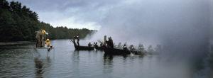 Sammon ryöstön kuvauksia järvellä. Kuvausryhmä telineellä, veneitä usvassa järvellä tv-sarjassa Rauta-aika.