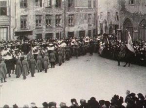 Viron vapaussodassa kaatuneiden suomalaisten surusaatto Tallinnassa (1919).