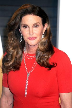 Caitlyn Jenner med en röd klänning.