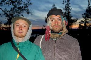 Juha Kumara ja Matti Kemi katsovat kameraan hatut päässänsä.