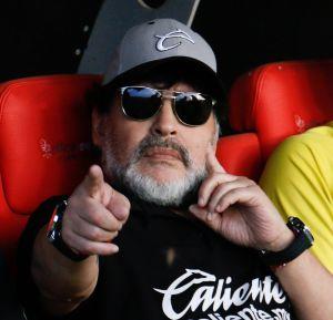 Diego Maradona katsoo kameraan ja osoittaa sormellaan. Kuva otettu Meksikossa keväällä 2019.