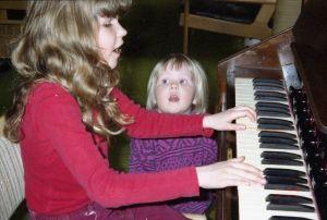 Saara Aalto soittaa lapsena mummin harmoonia, pikkusisko Suvi laulaa