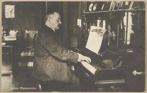 Oskar Merikanto soittaa pianoa. 1910-luku.