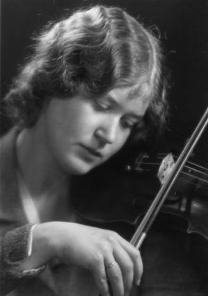 Viulutaiteilija Anja Ignatius noin 1932.
