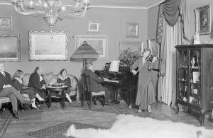 Anja Ignatius soittaa viulua flyygelin säestyksellä 1930.