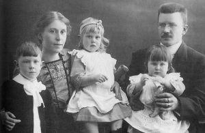 Anja Ignatiuksen lapsuuden perhe 1913.