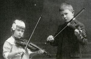 Anja Ignatius 5-vuotiaan ja veljensä Lassi vuonna 1916.