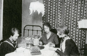 Anja Ignatius Pariisissa tätiensä Leena ja Liisa Laguksen seurassa.