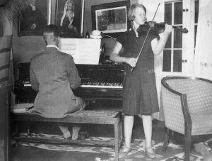 Anja Ignaitus soittaa viulua ja veli Lassi säestää 1920-luvun puolivälissä.