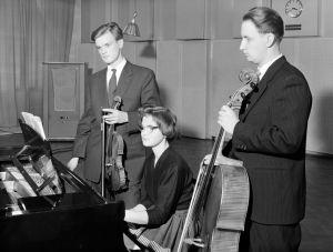 Trio Pohjola eli Paavo, Ensti ja Liisa Pohjola Yleisradion studiossa vuonna 1959.