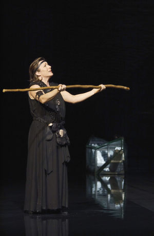 Lilli Paasikivi Kaija Saariahon oopperassa Kaukainen rakkaus Suomen kansallisoopperassa 2003.