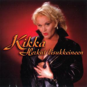Kikka viimeisen studioalbuminsa kannessa: Punaista taustaa vasten seisoo Kikka mustassa nahkatakissa, jota hän pitää hieman kiinni toisella kädellään vatsan kohdalta. Alta näkyvät mustat rintaliivi, ei paitaa.
