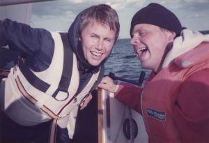 Hillka ja Hannu Olkinuora purjehtimassa.