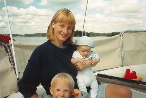 Heli Vaaranen ja hänen lapsensa.