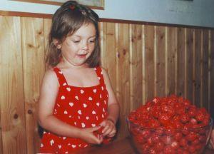 Mimosa Willamo ja kulhollinen mansikoita