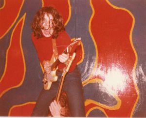 Kauko Röyhkä soittaa kitaraa lavalla