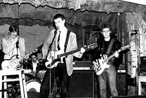 Kauko Röyhkä soittamassa bändinsä kanssa lavalla