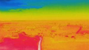 Landskap i blåa, gröna, gula, orangea och röda färger.