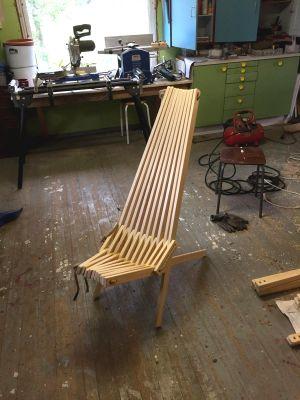 Puinen tuoli.
