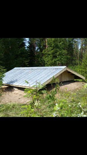 Nytt tak till potatiskällaren. Tommi, Norra Karelen.
